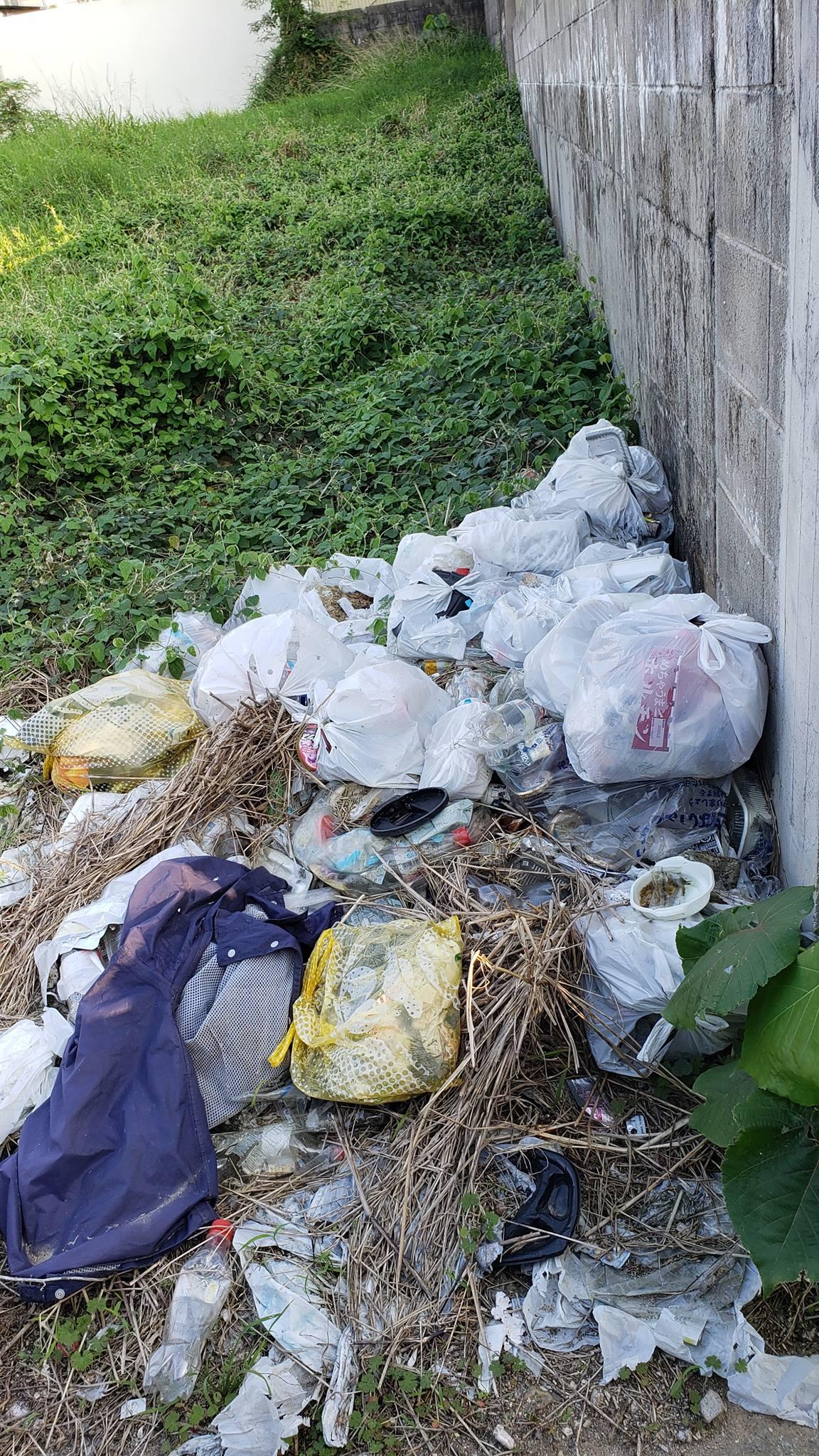 Q.石垣島の家の近く(家から見える場所)の空き地にゴミを捨てている人がいます。家庭ゴミです。スーパーの袋に入れて捨てられています。私道ですが私も車で通る場所でとても不快で困っています。自分の土地でもないし誰が捨てているかわからないのです。(もしかしたら隣接している家の人?)これは市役所?警察?どちらに相談したらいいのでしょうか?